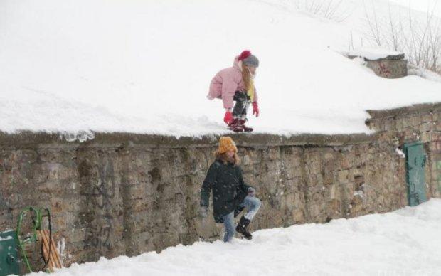 В самый жаркий месяц город засыпало снегом: фото
