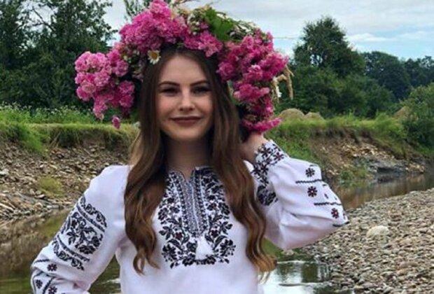 """Красуня-франківчанка у вінку стала королевою купальської ночі - вишиванка і """"корона"""" з квітів у волоссі"""