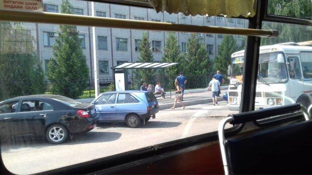 Валялся возле киоска: в Запорожье родители-алконавты устроили ад маленькому ребенку, видео разорвало сеть