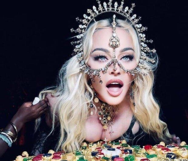 Лики святых, торт в форме креста: Мадонна шокировала гостей религиозным таинством