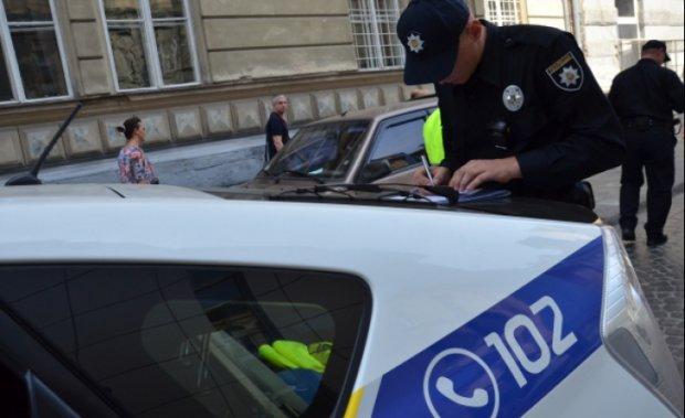 Під Києвом авто протаранило кран, є загиблі: фото з місця
