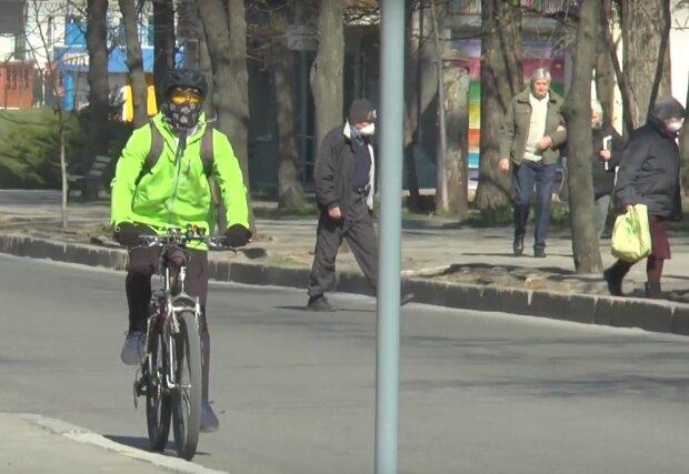 велосипедист, скриншот из видео
