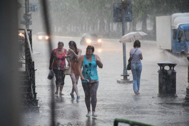 Погода у Києві на 8 серпня: стихія змусить українців сидіти вдома і дивитися серіали, запасайтеся попкорном