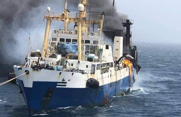 Біля піратських берегів полум'я пожирає український корабель, екіпаж зазнав втрат: перші кадри і деталі аварії