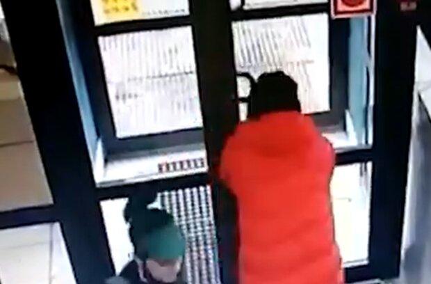 Вор пытался головой выбить дверь, кадр из видео