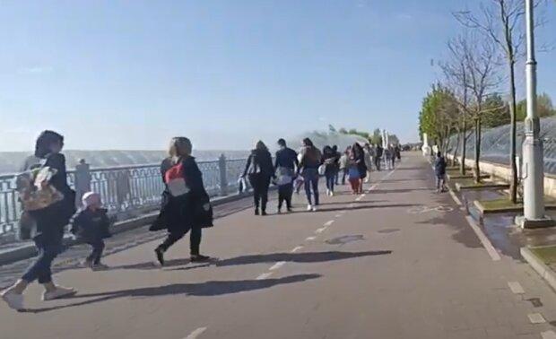 Тернополяне массово ныряют в фонтаны - чем вам не море