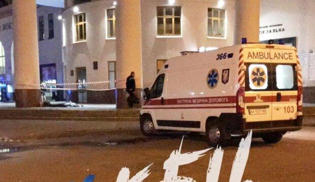 На киевском вокзале умер человек, тело нашли у входа в метро: кадры с места ЧП