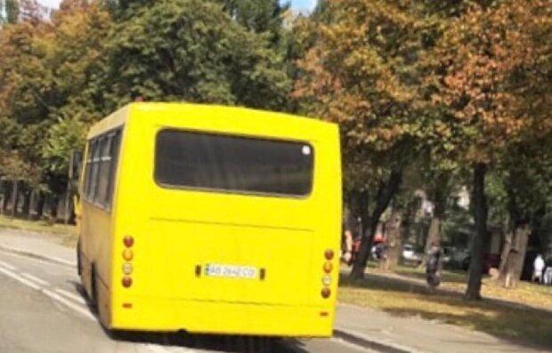 """У Києві на ходу """"втомилася"""" маршрутка - роззулася посеред дороги і зіпсувала асфальт"""