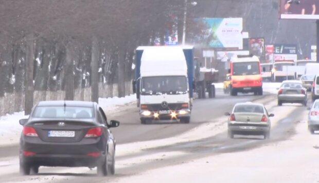 Автомобільна дорога взимку, кадр з відео