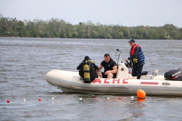 Львовские спасатели вытащили из воды трех крошек - одичали, боятся людей