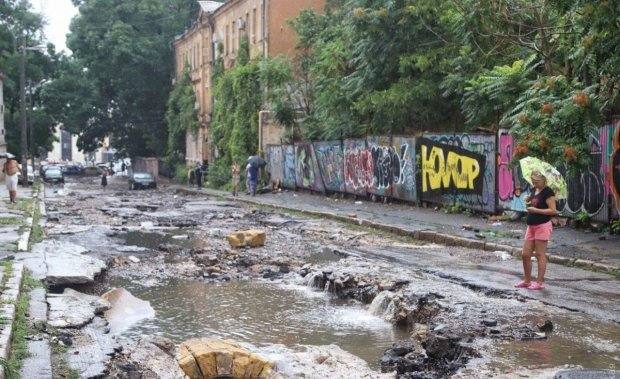 """Моторошний циклон спотворив Одесу: в мережі показали наслідки, """"зносив машини разом з асфальтом"""""""