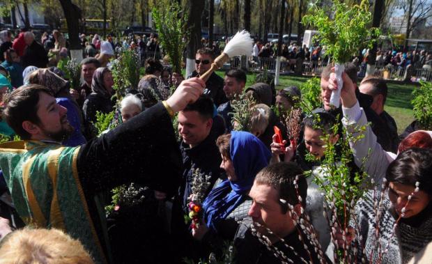 Вербна неділя 14 квітня: як правильно освятити вербу і що взяти з собою у церкву
