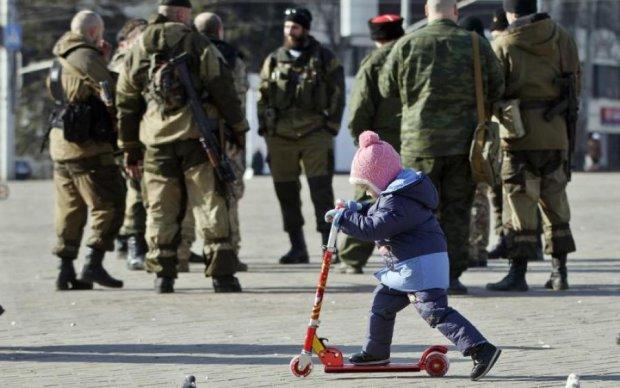 """Йде війна: діти українського фермера картинами """"передбачили"""" криваву трагедію"""