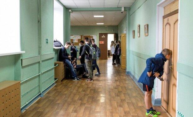 Едва не задушил: в Запорожье школьник набросился на одноклассницу ради эффектного видео