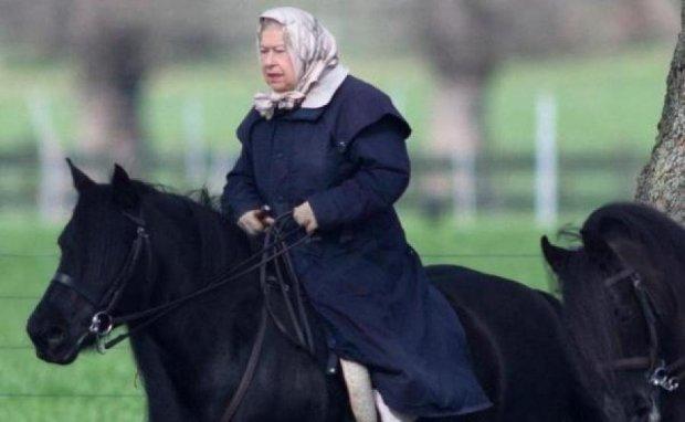 Королева Єлизавета осідлала поні