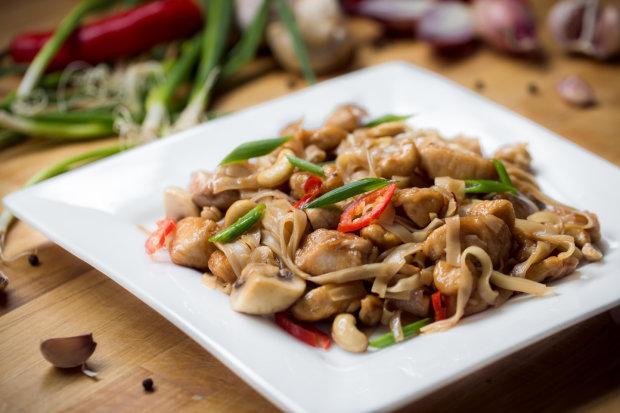 Острая курица с кешью и шампиньонами: пикантный рецепт