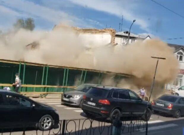 В Житомирі стіна школи звалилася на перехожих, скрін з відео
