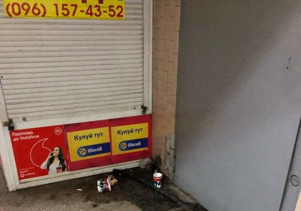 """У Харкові безхатьки влаштували """"притон"""" біля метро, працівникам підземки начхати: """"Не наша територія"""""""