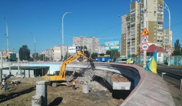 Тиснява і паніка: забудовники зносять вхід до станції метро Героїв Дніпра (фото)