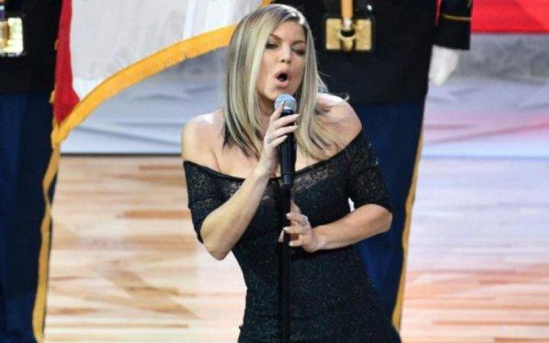Треба закурити: гімн у виконанні відомої співачки вбив усіх наповал