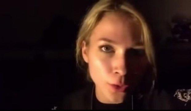 Російська ведуча розсміялася, знімаючи брехливий репортаж (відео)