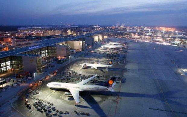 Самолет вспыхнул прямо в аэропорту: есть пострадавшие