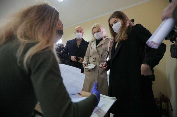 Шмигаль з родиною на виборах / фото: Facebook