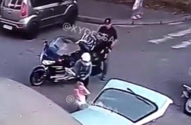 Байкери побили хлопця та дівчину, кадр з відео
