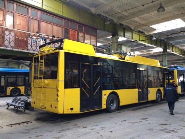 У Києві тролейбус розчавив людину на смерть: моторошні подробиці дивної аварії