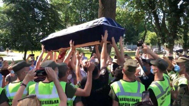 """Розлючені українці принесли під Раду домовину - """"Спочивай з миром"""""""