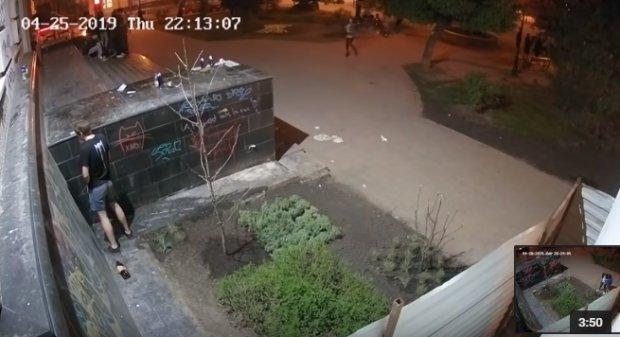 Неуправляемые малолетки превратили центр Харькова в туалет и свалку: шокирующее видео