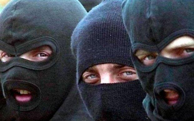 Невідомі в балаклавах відкрили стрілянину на фермі: є постраждалі