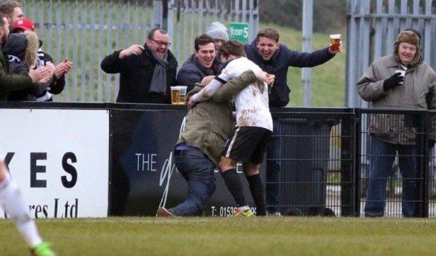 Святкуючи гол, футболіст випив пиво на полі