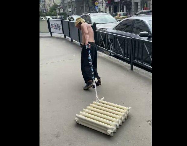 """Собаку отдал за коммуналку? Харьковчанин """"выгулял"""" на поводке батарею"""