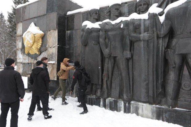 У Львові нарешті знесли стелу Монумента слави: не пройшло і року