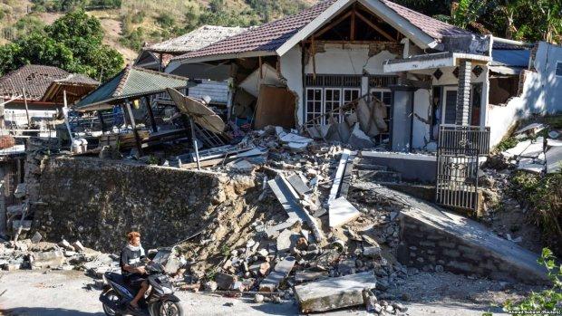 Количество жертв землетрясения в Индонезии растет с катастрофической скоростью