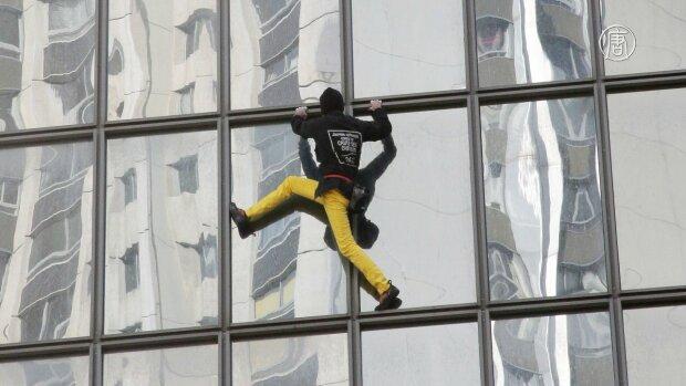 """""""Человек-паук"""" вскарабкался на высочайший небоскреб, чтоб помирить враждующие страны: невероятные кадры"""