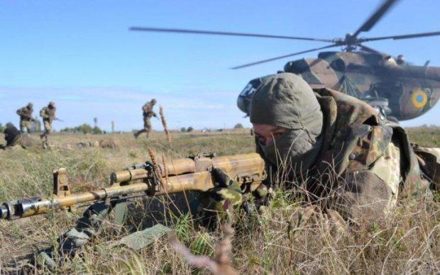 Українські військові точним ударом зрівняли техніку окупантів з землею: епічне відео