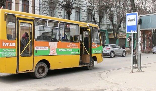 Автобус, кадр из репортажа канала 402: Facebook