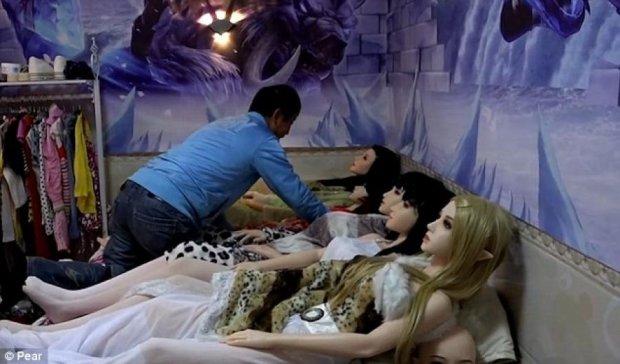 """Китаец """"удочерил"""" семь силиконовых кукол (видео)"""