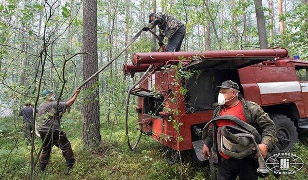"""Рятувальники продовжують гасити полум'я в """"Чорнобильській пущі"""" (фото)"""