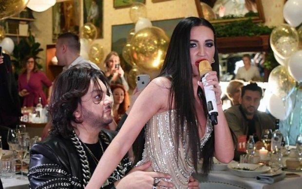Филя, я люблю тебя: пьяная Бузова опозорила Киркорова
