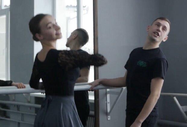Александр Заставный  с ученицей, кадр из сюжета ПИК: YouTube
