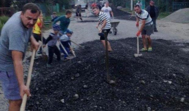 Достало: жители Ужгорода сделали работу автодора