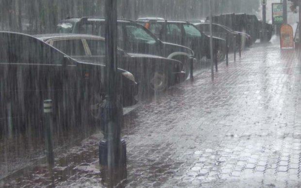 У Києві вулиця пішла під воду: відео