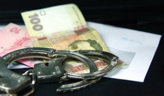 Працівницю столичної податкової затримали на хабарі