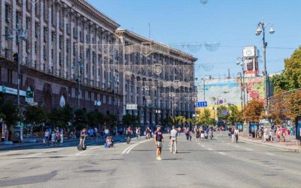 Центр Киева заполонили красно-белые флаги: что происходит