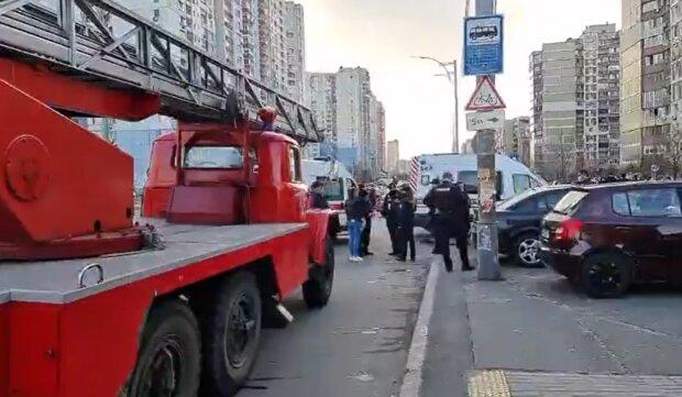"""У Києві двоє дітей опинилися у вогняній пастці на 14 поверсі: """"Швидка не приїхала"""""""