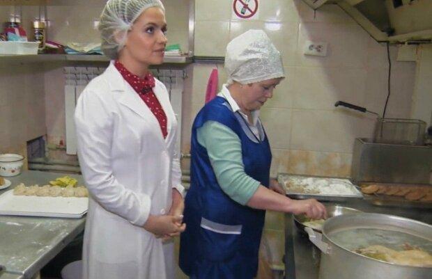 Ревизор Панкова нагрянула в гости к Филатова — грязные яйца и тараканы в тарелках