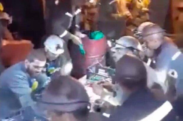 """Под Львовом шахтеры """"похоронили"""" себя под землей, дома ждут голодные семьи: """"Мы - не рабы!"""""""
